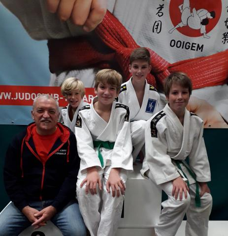 Trainer/coach Chris met de U13 vlnr Leon - Mathis - Rune en Charles Vandecasteele van Judo Cobra Lendelede